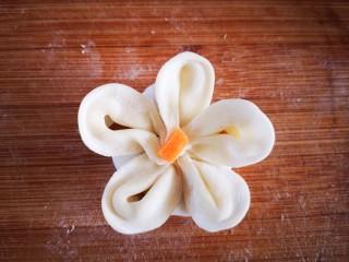 梅花饺,中间放上一粒胡萝卜丁就更漂亮了