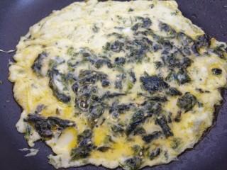 海苔鸡蛋卷,然后锅里热油,把海苔鸡蛋液倒进去摊成饼。
