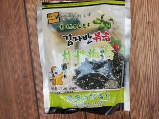 海苔鸡蛋卷,先准备些海苔,这是买的韩国炸拌海苔。