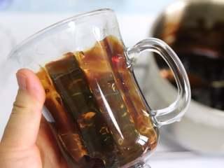 网红脏脏茶,不排队也能喝,倾斜转动杯子,让糖浆挂到杯壁上。