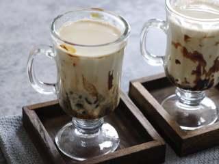 网红脏脏茶,不排队也能喝,黑糖浆慢慢会和牛奶溶解。融入到牛奶中,口味简直太棒了。