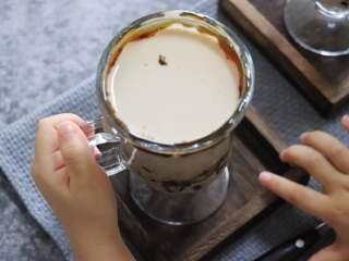 网红脏脏茶,不排队也能喝,小朋友都着急想喝了,当然,这个小朋友喝的话,尽量不要用吸管,而且珍珠也最好在大人的看护下,进食。