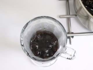 网红脏脏茶,不排队也能喝,离火后,用勺子挖出适量的珍珠糖浆,倒入准备好的杯子中。