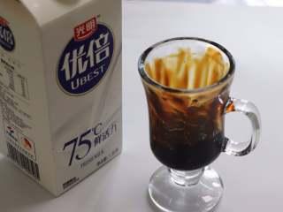 网红脏脏茶,不排队也能喝,喜欢喝冷的,就倒入冷藏鲜牛奶,如果喜欢喝热牛奶,可以热一杯牛奶冲进去,黑糖和牛奶散发出的味道不要太香浓哦。