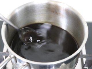 网红脏脏茶,不排队也能喝,倒入小锅中,适当搅拌,无糖颗粒,煮沸糖水。