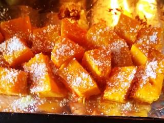 椰蓉南瓜,撒入椰蓉,再烤五分钟即可