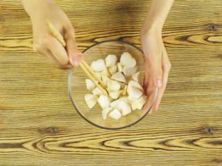 杏鲍菇秒变鸡米花,杏鲍菇1根切块装碗,加入盐3g拌匀