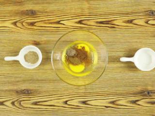 杏鲍菇秒变鸡米花,碗中打入鸡蛋2个,加入五香粉1g、孜然粉1g、黑胡椒粉1g、椒盐粉1g、辣椒粉1g,拌匀