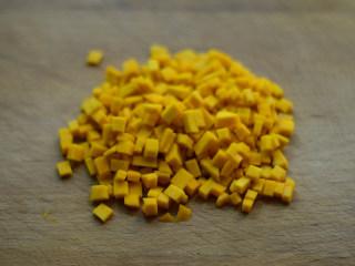 南瓜鸡肉粥(辅食),要是没有辅食工具,用刀切成细小的丁也是可以的,南瓜很容易熟烂的,切成薄片也可以