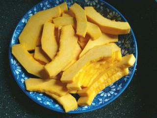 南瓜椰蓉糕,南瓜去籽去皮,切成片,放锅里蒸熟