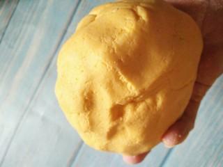 南瓜椰蓉糕,再加入糯米粉,每个南瓜吸水量不同,糯米粉可以少量多次添加,揉成不粘手面团即可