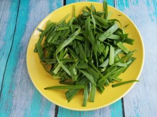 韭菜炒鸡蛋,把韭菜切成段。