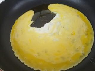 韭菜炒鸡蛋,把鸡蛋液倒进去。