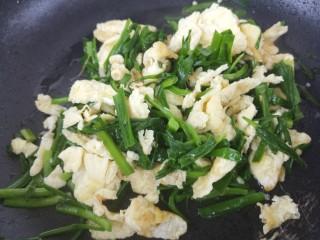 韭菜炒鸡蛋,翻炒均匀。