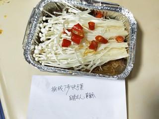 粉丝金针菇,加盖密封放入预热好220度烤箱内烤20分钟即可。