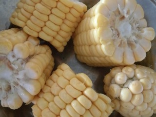 秋季滋养,山药玉米红枣筒骨汤,玉米洗净切段