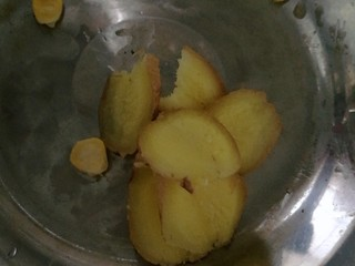 秋季滋养,山药玉米红枣筒骨汤,加入姜片
