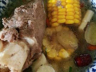 秋季滋养,山药玉米红枣筒骨汤,装碗,这份筒骨,骨髓多更滋阴