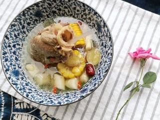 秋季滋养,山药玉米红枣筒骨汤,中间的骨髓是滋阴之宝,切不可浪费哦