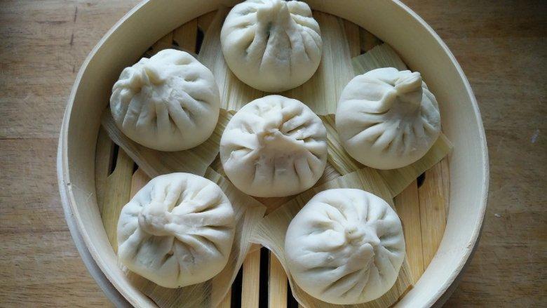 米粥,包子一锅出,蒸笼砂锅的妙用,包好后,下面垫玉米叶子,放入竹蒸笼图片