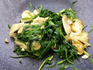 韭菜炒鸡蛋,翻炒均匀就可以出锅了。