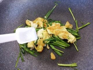 韭菜炒鸡蛋,然后放一勺盐。