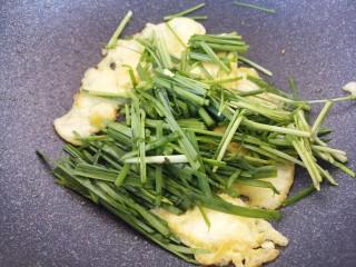 韭菜炒鸡蛋,把鸡蛋炒熟,然后放入韭菜。