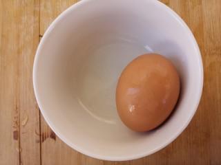 韭菜炒鸡蛋,准备一个鸡蛋。