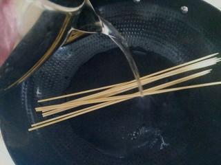 烤肉串,竹签洗干净用开水烫一下,备用