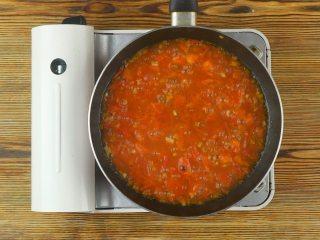 快手番茄疙瘩汤,倒入面疙瘩,用筷子快速拨散,加入盐3g、白胡椒粉1g、香油数滴翻炒均匀