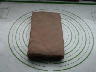 脏脏包,将面片从三分之一处向内折叠,另外一边也向内折叠,完成一次折叠,放入冰箱冷藏松弛15分钟。