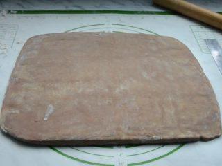 脏脏包,松弛好结束,擀成薄厚均匀的长方形面片。