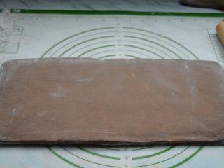 脏脏包,冷藏结束取出面团,再次均匀的擀开面团。