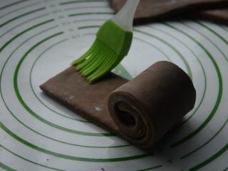 脏脏包,将面片紧紧卷起,在另一端刷刷一点水,卷好。