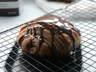 脏脏包,烤网下垫一个餐盘,淋上巧克力甘纳许。