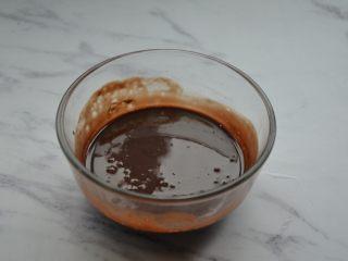 脏脏包,用刮刀搅拌均匀,形成丝绸顺滑的巧克力混合液。
