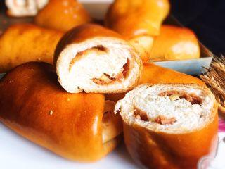 奶酪火腿肉松面包,美味可口的面包诱惑到大家了,出来就吃了一个,每天早餐就吃这种面包你觉得怎么样?