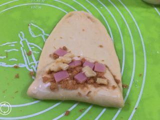 奶酪火腿肉松面包,表面再刷沙拉酱,上面放上奶酪火腿肉。