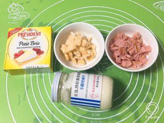 奶酪火腿肉松面包,发酵期间准备馅料,火腿肠切小片,干奶酪切小块。