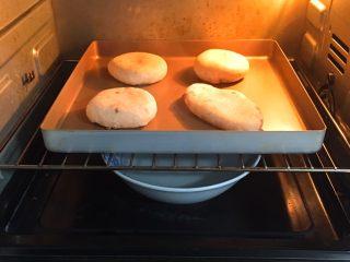 全麦豆沙面包,整形后送入烤箱两次发酵,方法同上也是60分钟。