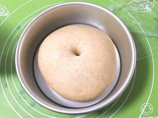 全麦豆沙面包,发酵完成后用手指戳一下不反弹。