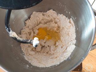 全麦豆沙面包,加入鸡蛋再搅拌。