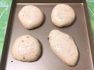 全麦豆沙面包,拿出刷鸡蛋液,表面撒上芝麻。