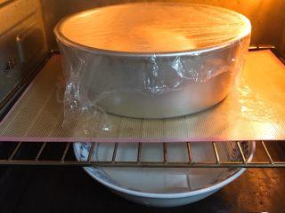 全麦豆沙面包,烤箱发酵档,底部放一碗热水,发酵60分钟,天气冷了30分钟更换一次热水助热。