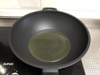 脆皮空心南瓜球,锅中倒入稍多油,油温4成热