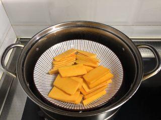 脆皮空心南瓜球,盘子覆盖保鲜膜,上锅蒸熟,大概20分钟