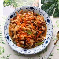 蚝油胡萝卜香菇杭椒炒鸡丝