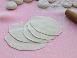 脆底猪肉洋葱锅贴,用擀面杖先擀成饺子皮,再将饺子皮擀长、擀宽一些