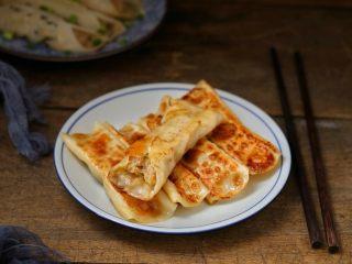 脆底猪肉洋葱锅贴,外皮酥脆、喷香诱人的猪肉洋葱锅贴就做好了,和米粥搭配就是美美的一顿早餐!