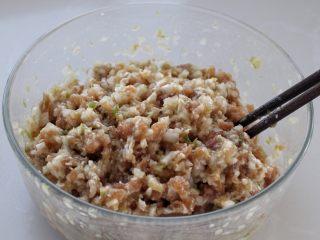 脆底猪肉洋葱锅贴,待肉馅粘稠上劲儿,再将洋葱切碎,放到肉馅中搅拌均匀,馅料就调好了